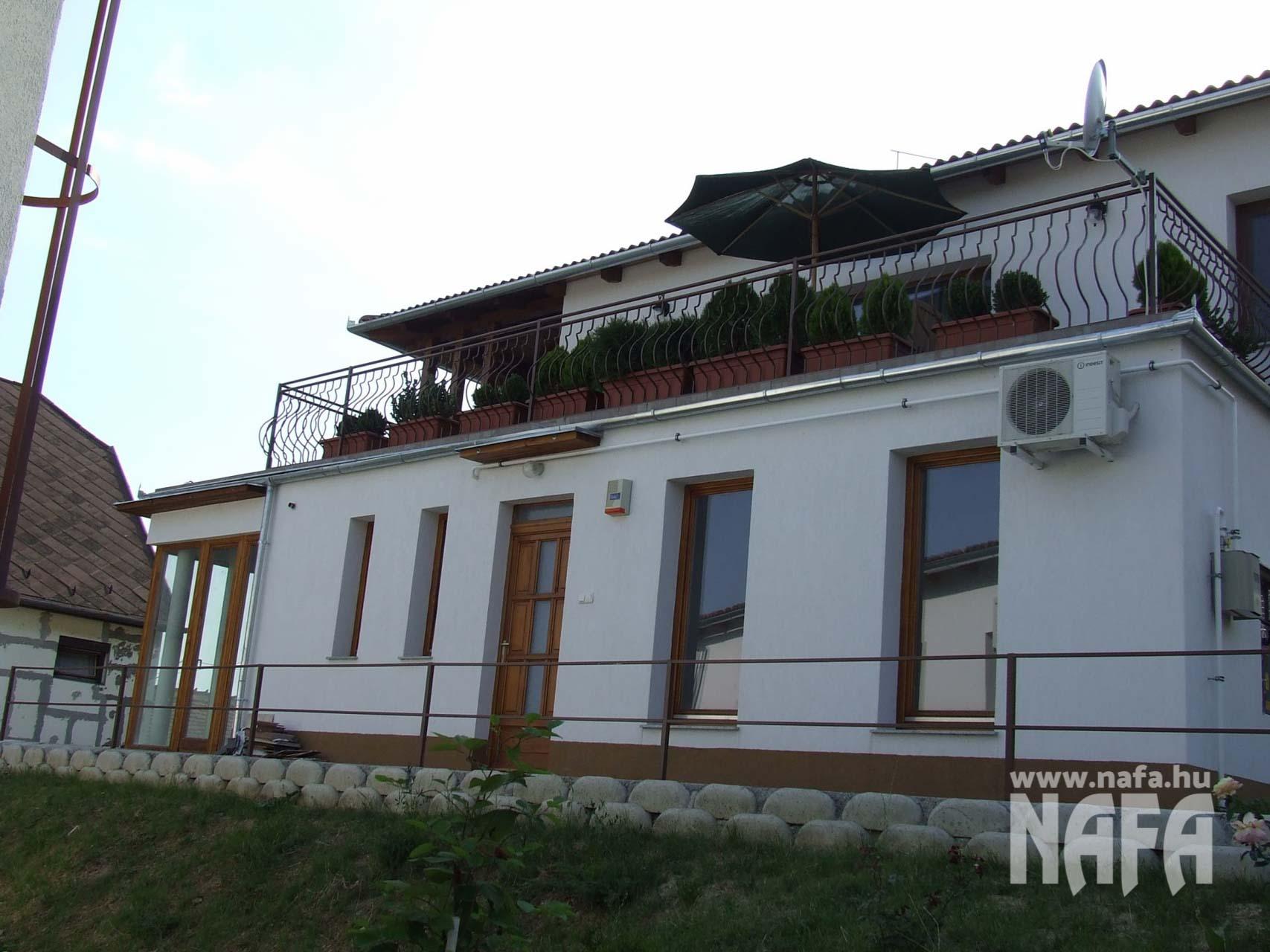 Fa nyílászárók, egyedi festett ablakok és bejáratiajtó, Pécs Közintézmény