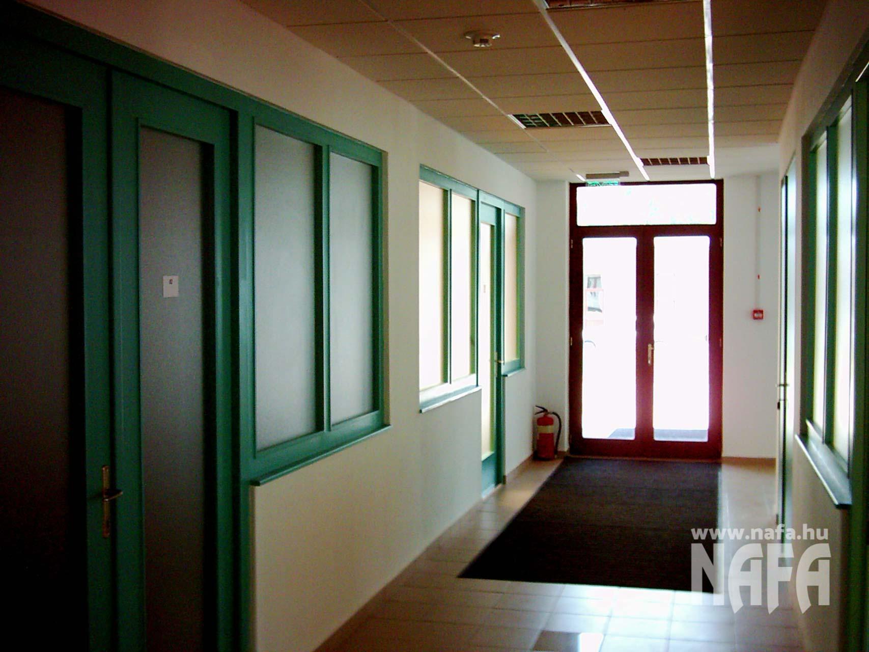 Farost-MDF-üvegfal-belsőajtó-Kaposvár-Irodaház