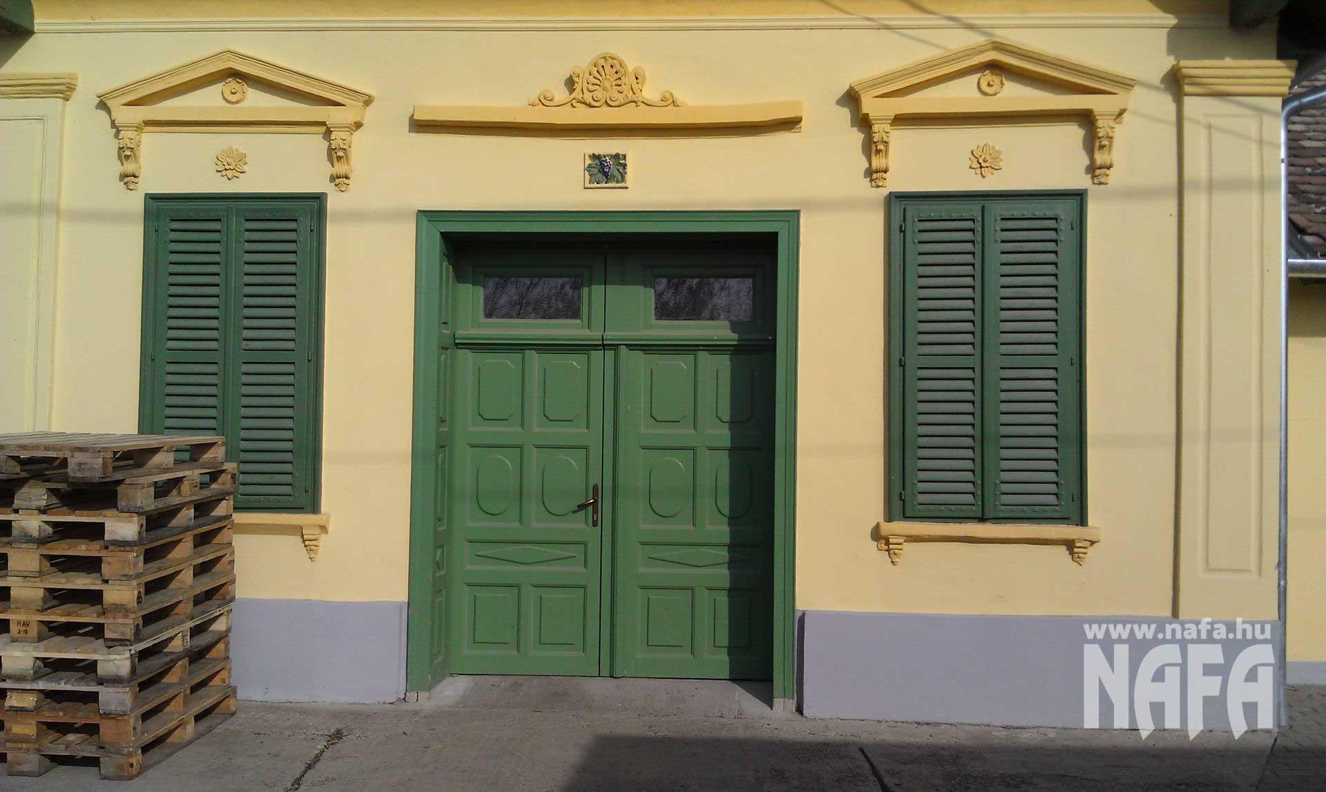 Zsalu ablak és ajtó egyedi festett, Tokaj Pince