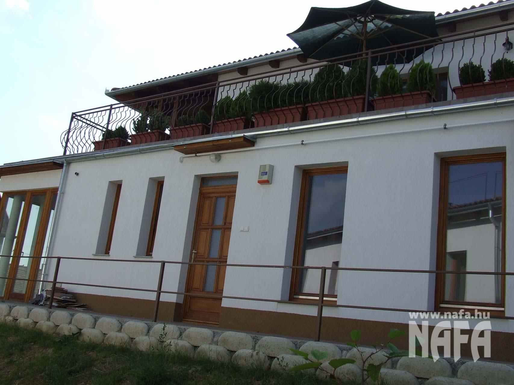 Fa nyílászárók, egyedi festett erkélyajtó és ablakok, Pécs Közintézmény