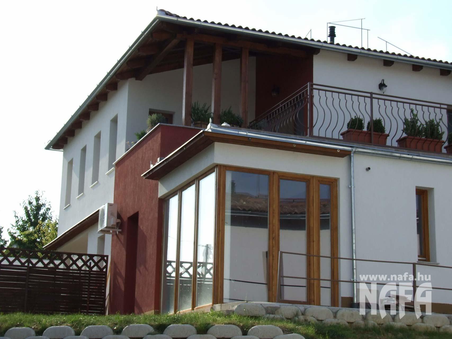 Fa nyílászárók, egyedi festett erkélyajtó, Pécs Közintézmény