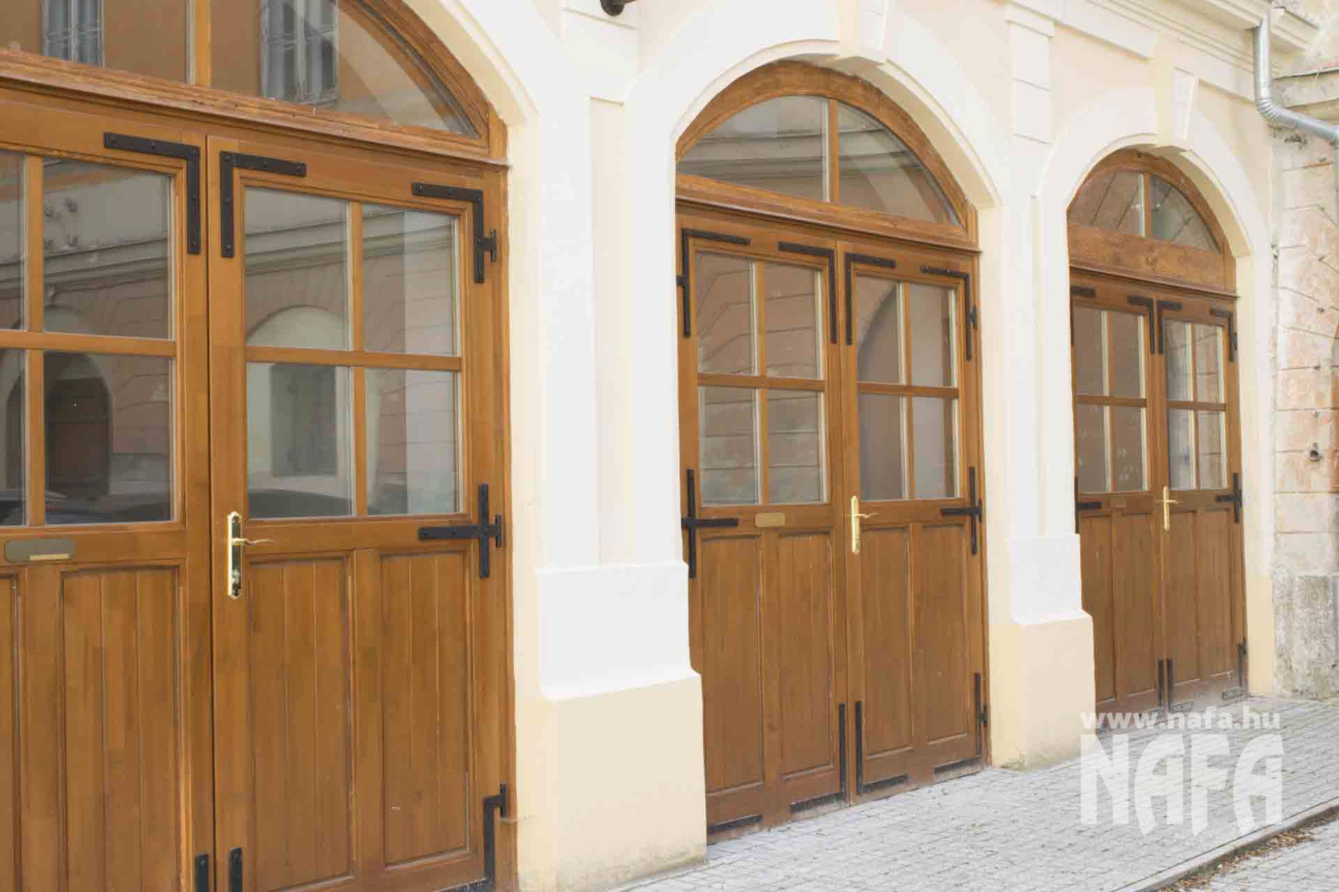 Kaposvár Vigasságok tere Megyeháza ablak ajtó Restaurálás