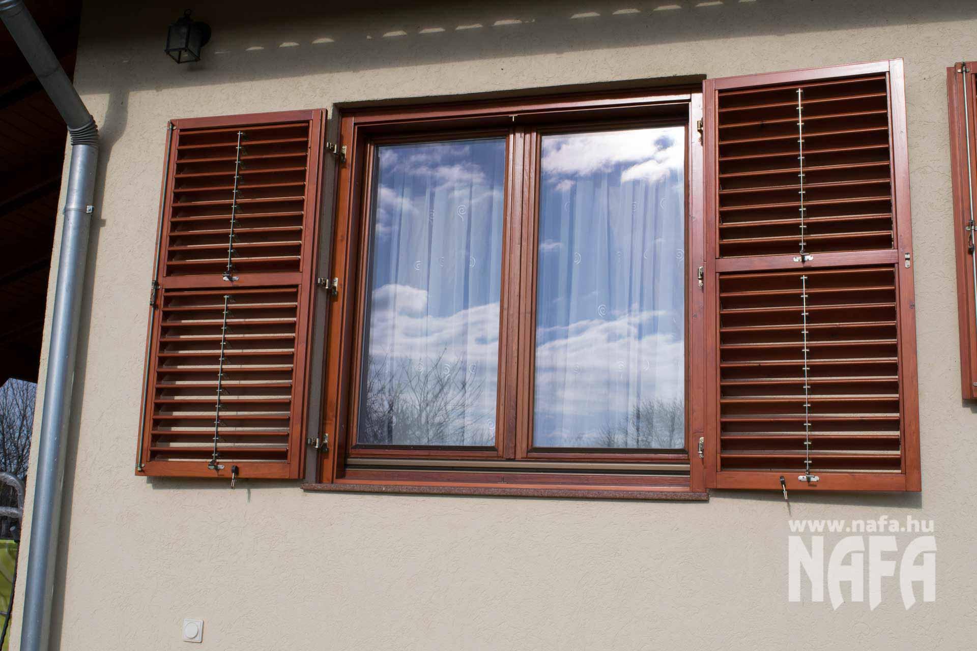 Egyedi festett zsalugáter, fa ablak, Balaton