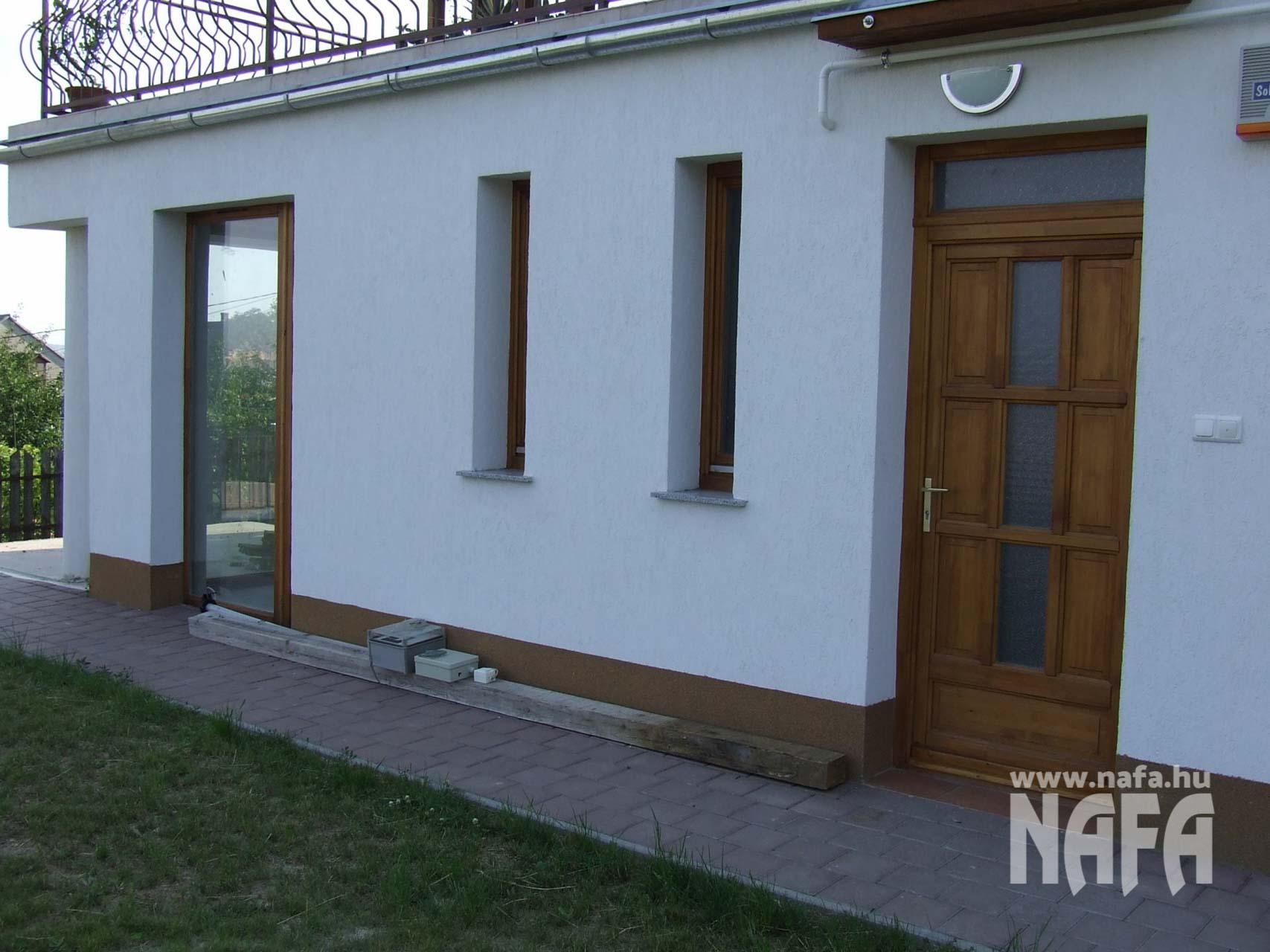 Fa nyílászárók, egyedi festett erkélyajtó és bejáratiajtó, Pécs Közintézmény