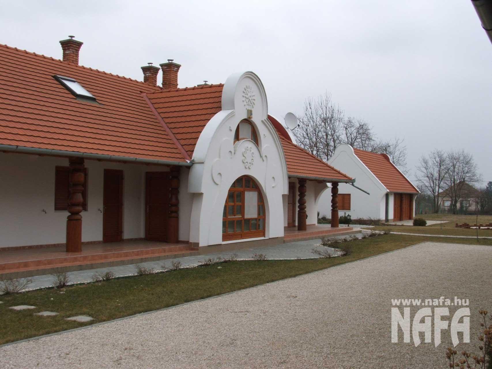 Fa nyílászárók, egyedi festett ablakok és bejáratiajtó, Marcali Családiház
