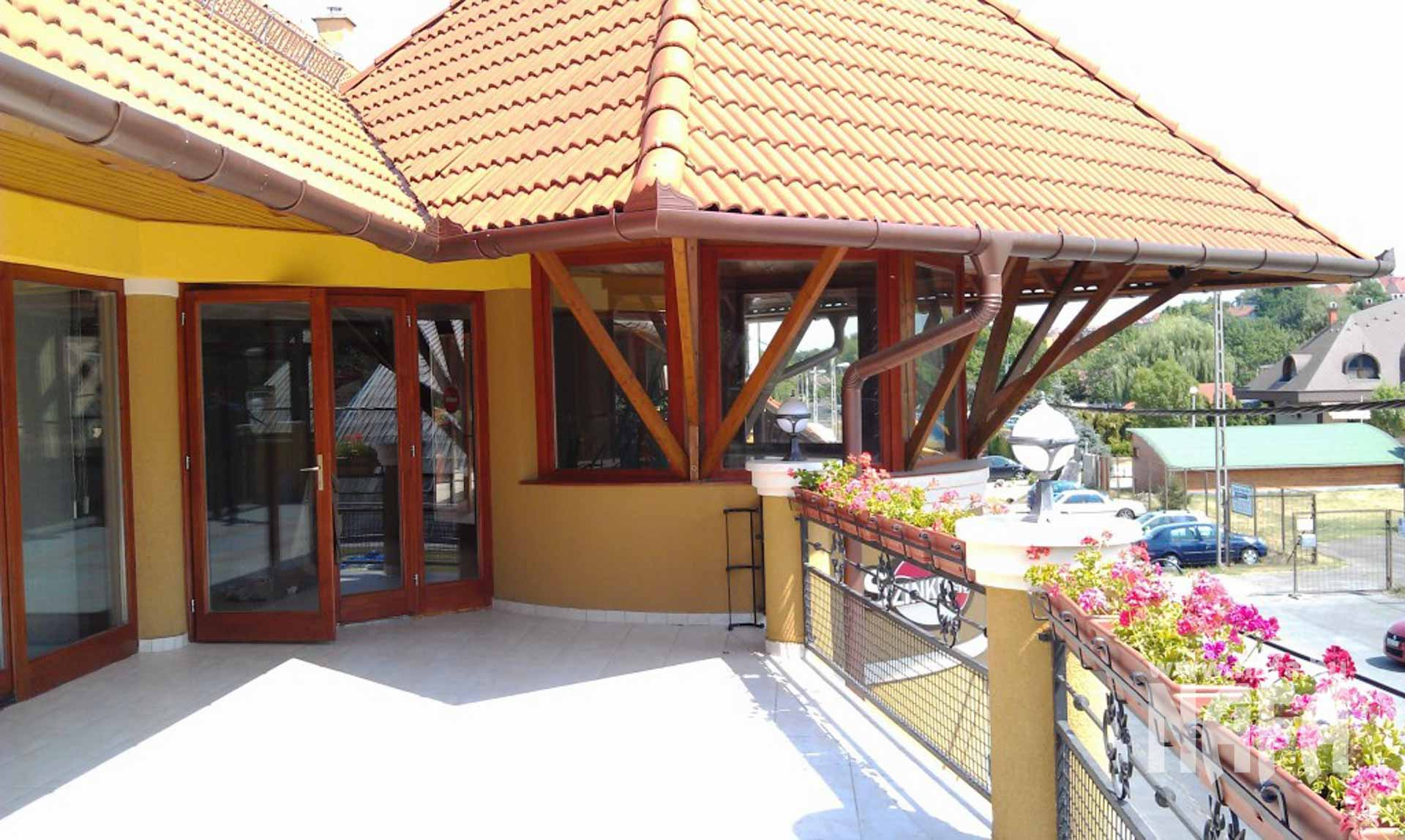 Fa nyílászárók, egyedi festett ablakok és bejáratiajtó, Kaposvár Irodaház