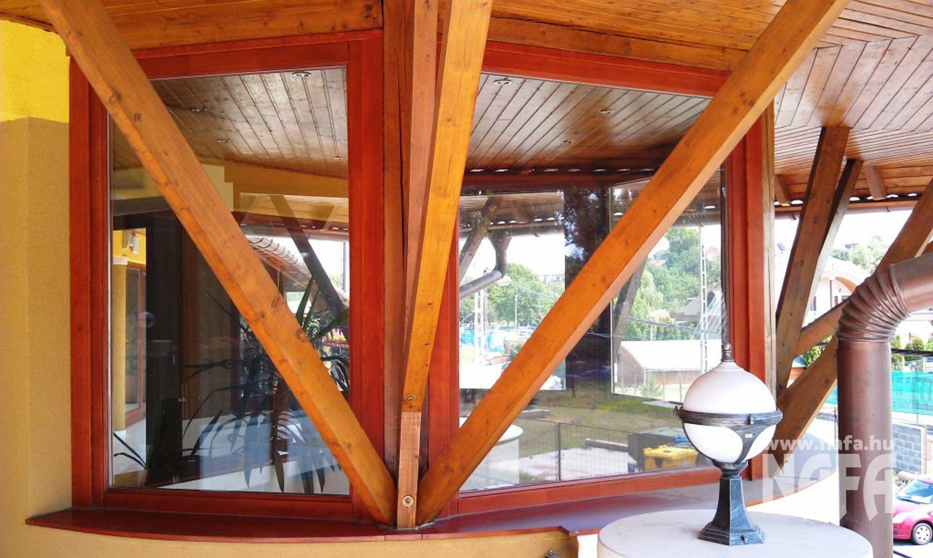Fa nyílászárók, egyedi festett ablakok, Kaposvár Irodaház