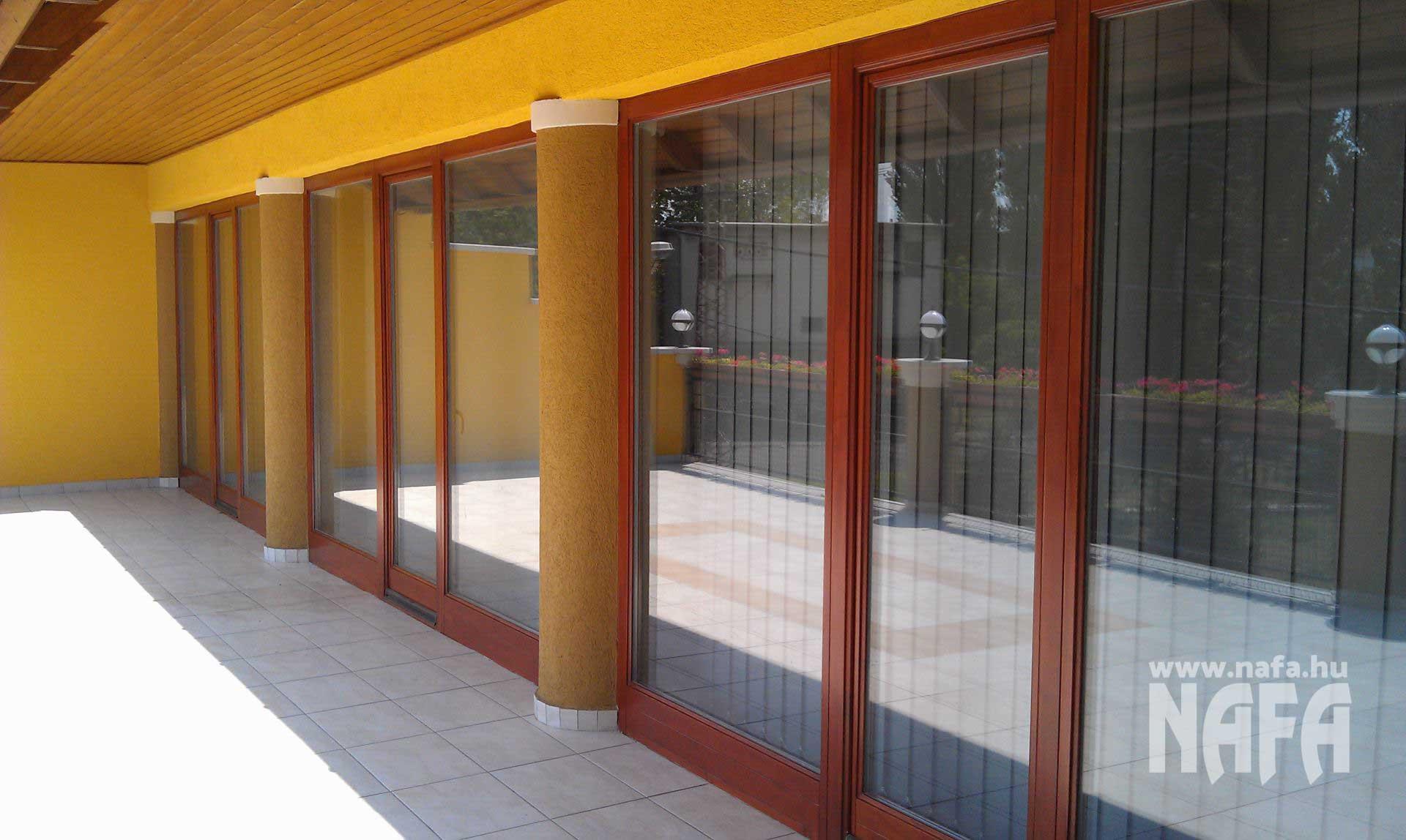 Fa nyílászárók, egyedi festett erkélyajtók, Kaposvár Irodaház