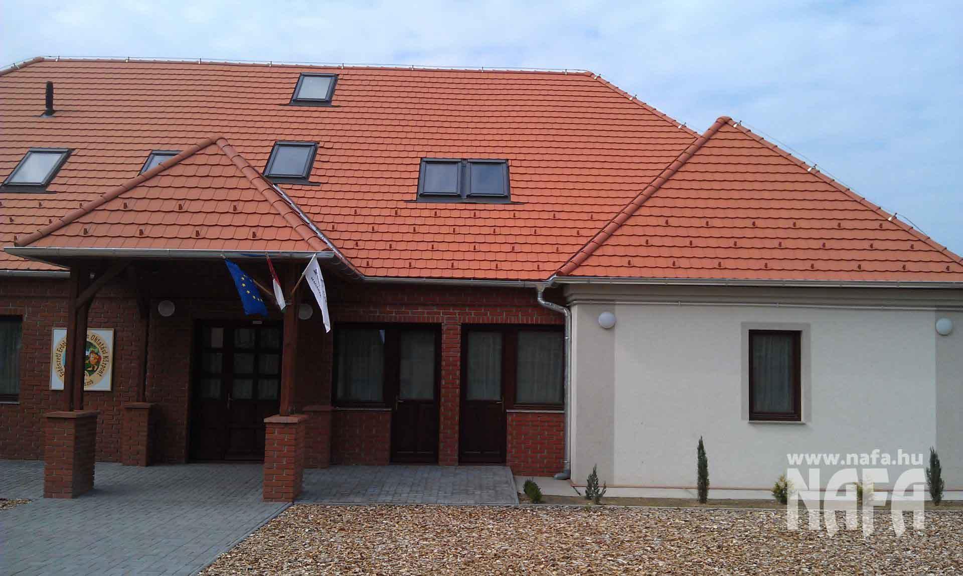 Fa nyílászárók, egyedi festett ablakok és bejáratiajtók, Somogyszob Iskola