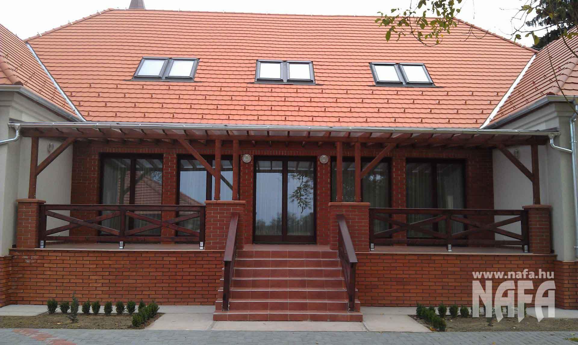 Fa nyílászárók, egyedi festett erkélyajtók, Somogyszob Iskola