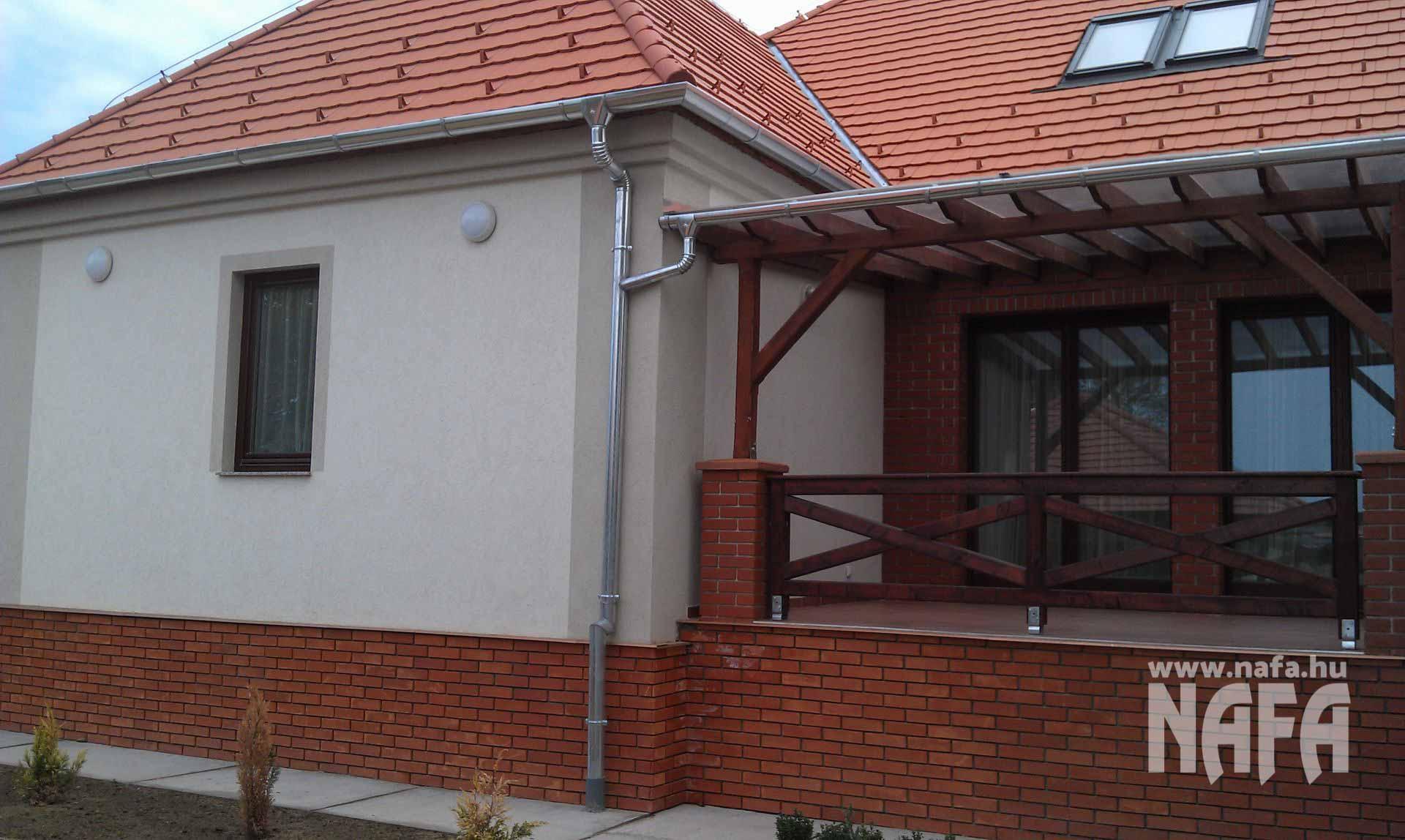 Fa nyílászárók, egyedi festett erkélyajtók és ablak, Somogyszob Iskola