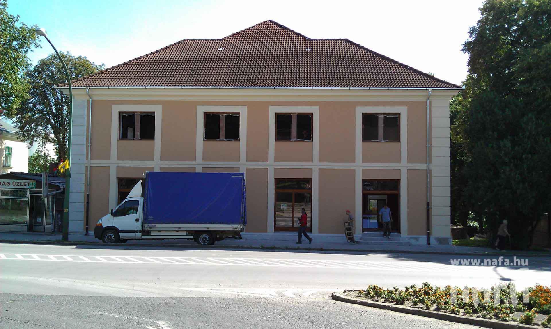 Fa nyílászárók, egyedi festett ablakok és bejáratiajtók, Kaposvár Irodaház