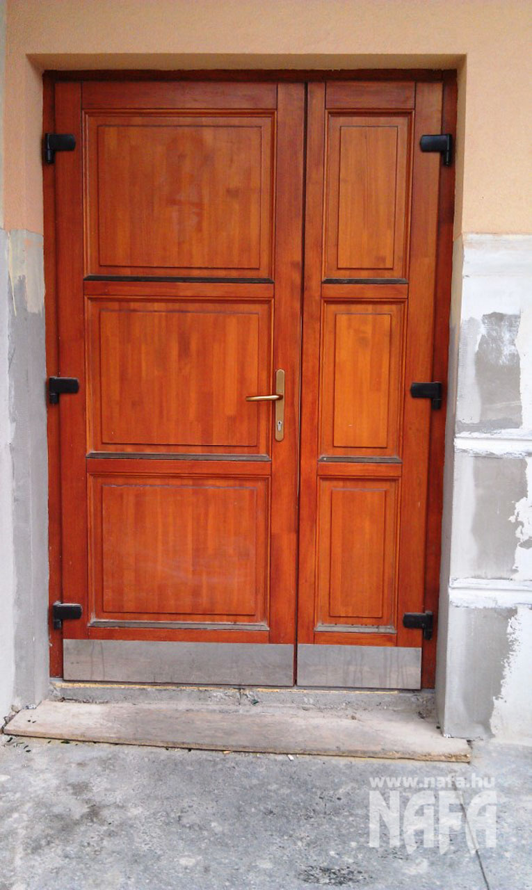 Fa nyílászárók, egyedi festett bejáratajtó Kaposvár Irodaház