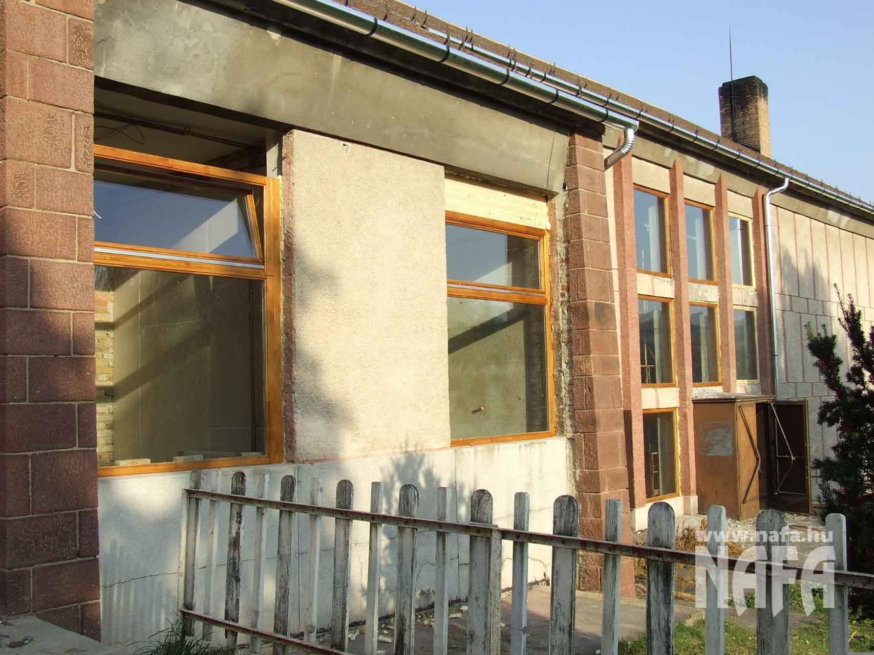 Fa nyílászárók, egyedi festett ablakok és bejáratajtó, Tab Közintézmény