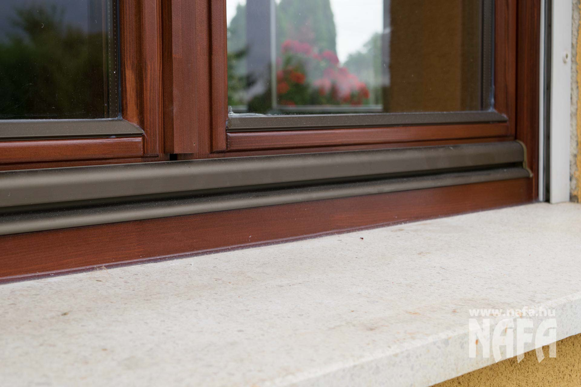 Festett fa ablak, fehér redőnnyel, Nagykanizsa