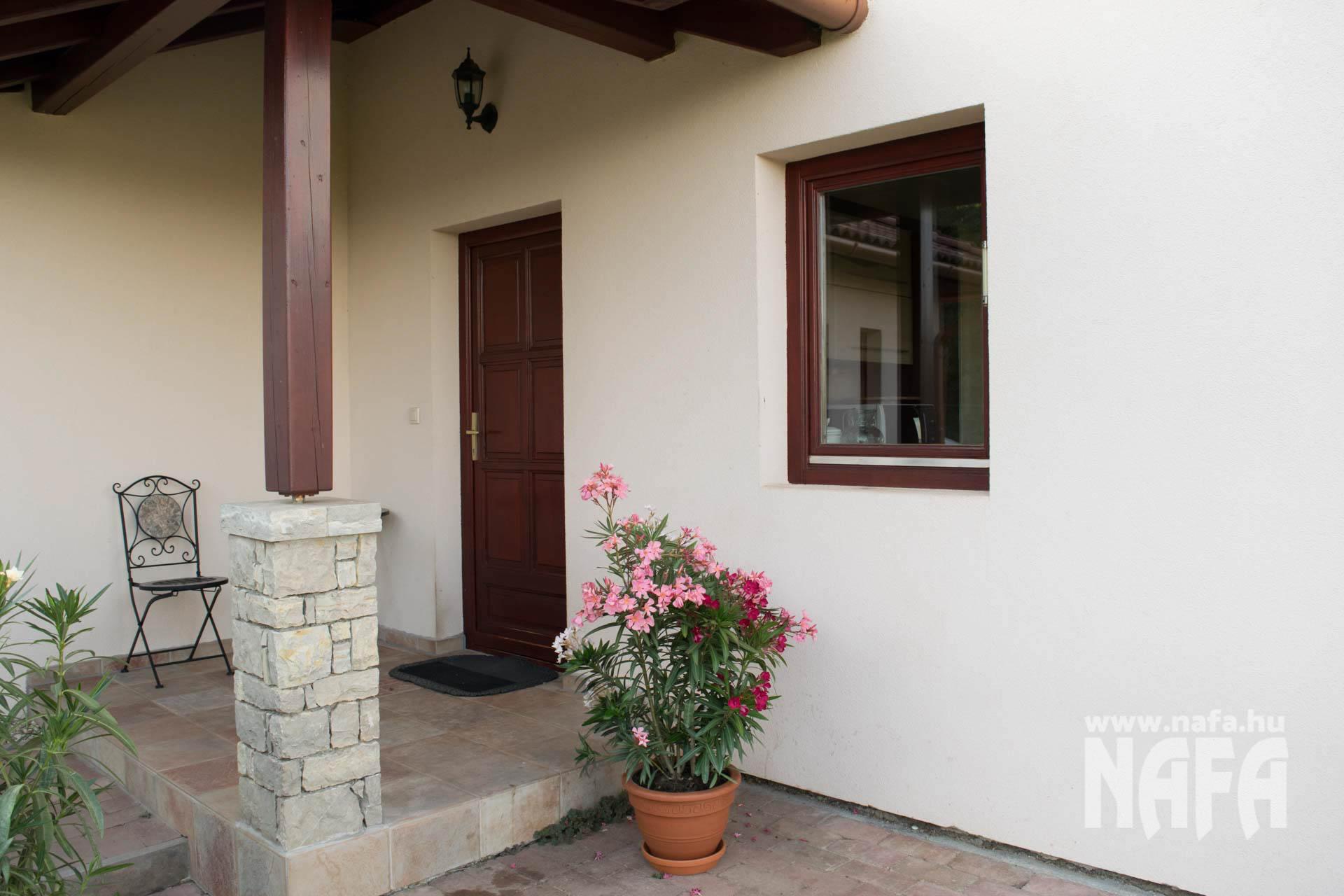 Egyedi festett fa ablak, bejárati ajtó Balaton, Nyaraló