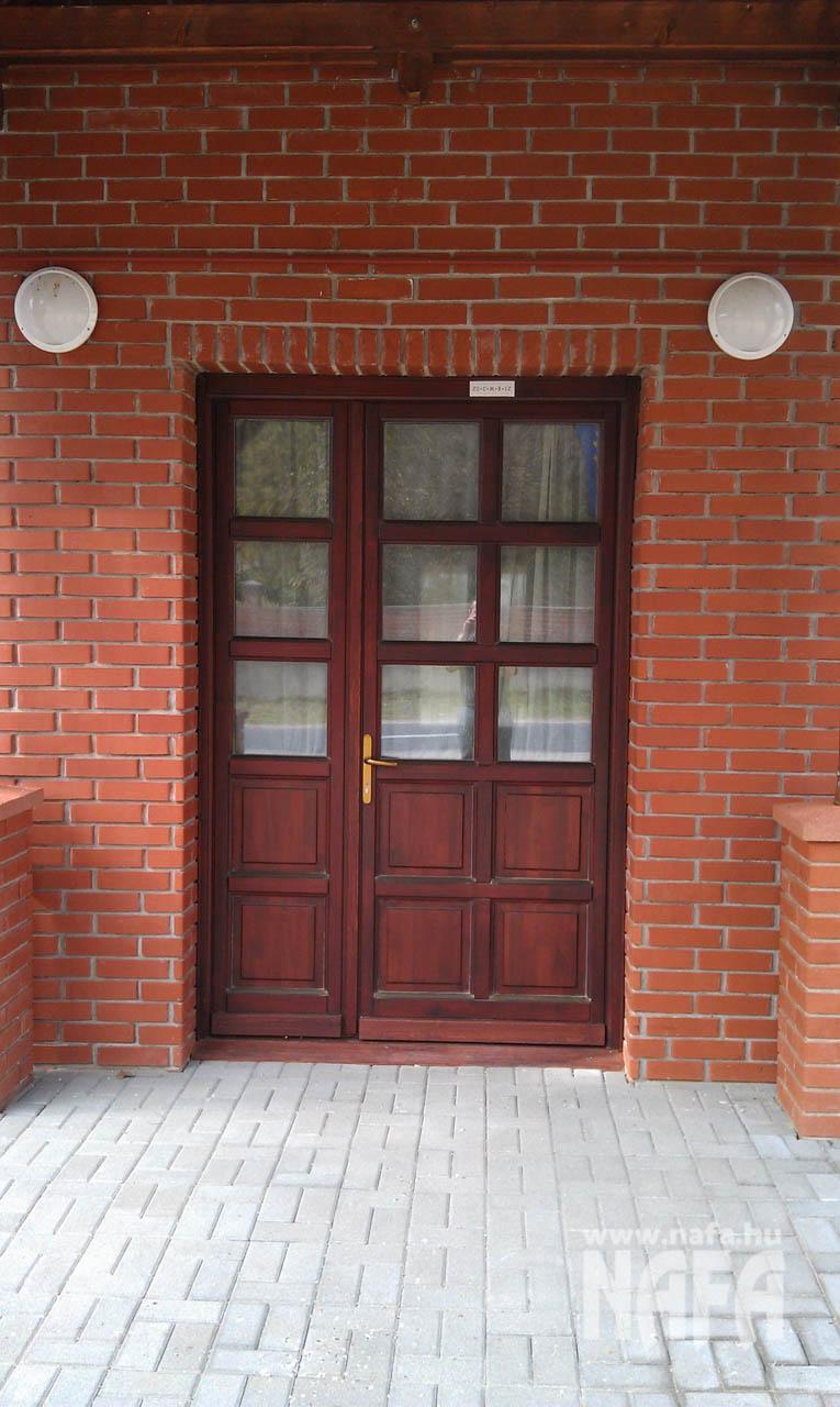 Fa nyílászárók, egyedi festett bejáratiajtó, Somogyszob Iskola