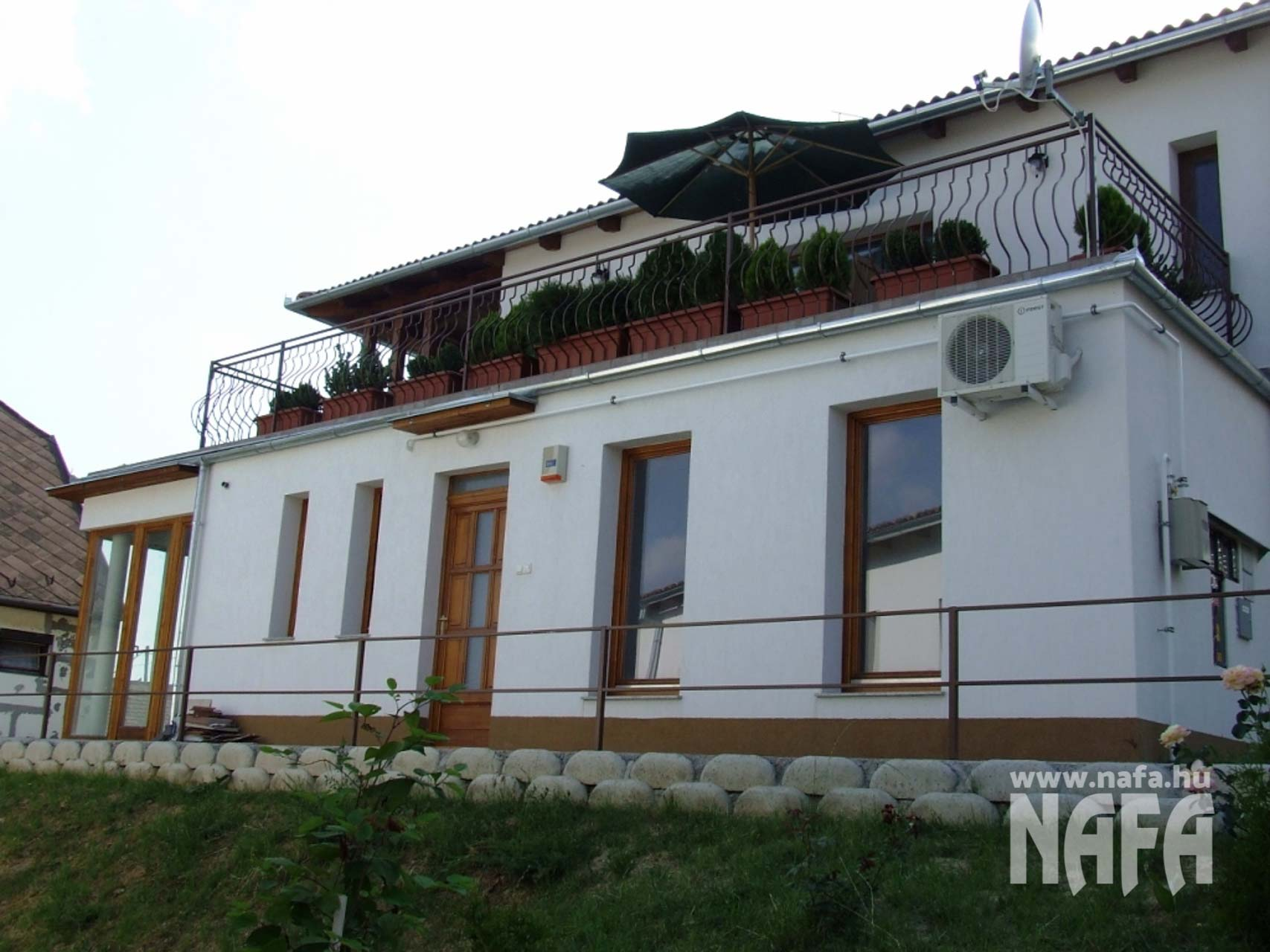 Fa nyílászárók, egyedi festett erkélyajtó, Bejátratiajtó Pécs 2